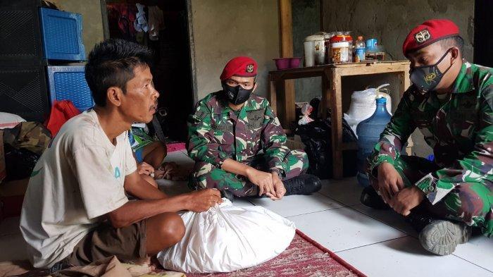 Grup 1 Kopassus Langsung Membantu Tanto, Warga Lebak yang Mencari Seragam untuk Anaknya Bersekolah
