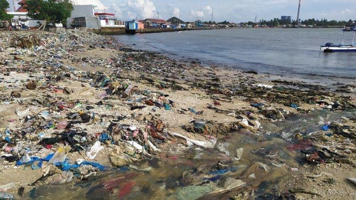Pesisir Pantai Teluk Labuan Banten Dipenuhi Sampah