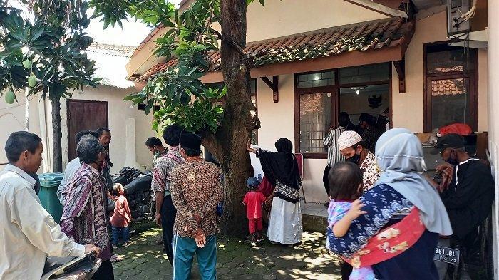 Kantor Dinas Ketahanan Pangan dan Pertanian (DKPP) Kota Cilegon di Jalan Pegantungan Baru nomor 4, Panggung Rawi, Jombang, Sukmajaya, Kecamatan Cilegon, ramai dikunjungi petani yang hendak membuat Kartu Tani Indonesia (KTI) pada Rabu (14/3/2021).