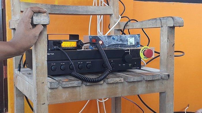 Petugas Stasiun Geofisika Kelas I Tangerang BMKG dan BBPD melakukan uji coba alat Integrated Tsunami Sirens System (ITSS) atau Sistem Sirine Tsunami Terintegrasi di Pos BPBD Anyer, Kamis (26/11/2020).