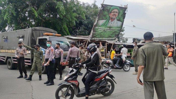 Petugas Berseragam Copot Ratusan Baliho Rizieq Shihab di Kabupaten Tangerang