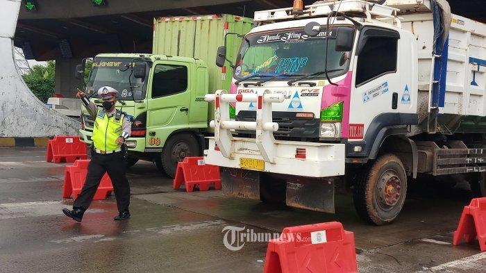 Petugas melakukan penyekatan dan pemeriksaan kendaraan di Gerbang Tol Cikupa, Kabupaten Tangerang, Kamis (6/5/2021).