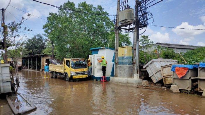 Petugas PLN memperbaiki gardu yang terdampak banjir di Tangerang dan sekitarnya.