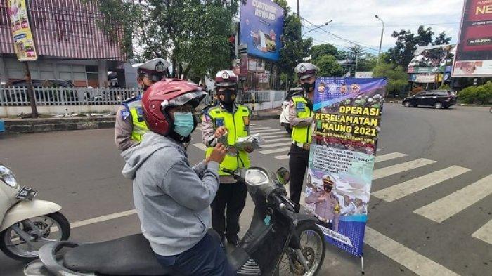 Petugas Satlantas Polres Serang Kota menggelar Operasi keselamatan Maung 2021 di beberapa persimpangan lampu merah di Kota Serang, selama 14 hari, mulai 12 sampai 25 April 2021.
