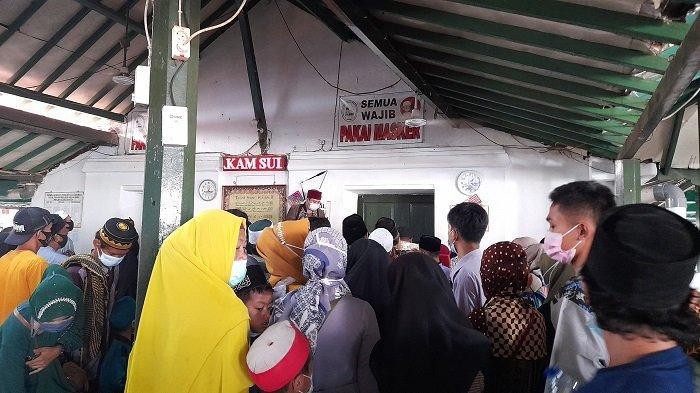 Ratusan peziarah memadati Makam Sultan Maulana Hasanuddin di Komplek Masjid Agung Banten, Kecamatan Kasemen, Kota Serang, Selasa (18/5/2021).