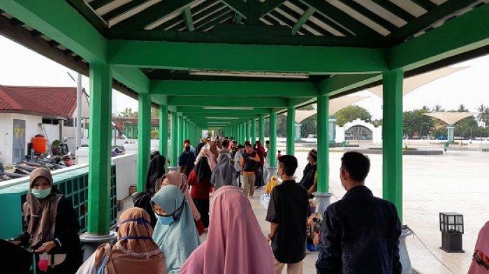 Ratusan peziarah silih berganti mendatangi Makam Sultan Maulana Hasanuddin di Komplek Masjid Agung Banten, Kecamatan Kasemen, Kota Serang, Selasa (18/5/2021).