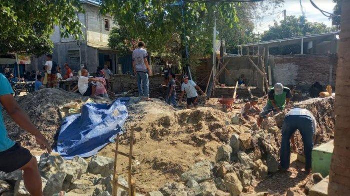 Warga melakukan pemugaran di lokasi Peziarahan Sumur Tujuh Cidunak, Kota Cilegon