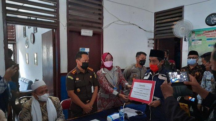 Pimpinan aliran Hakekok Balakasuta, Aryani bersama belasan pengikutnya meneken surat perjanjian dan mengucapkan dua kalimat syahadat di depan Forkopimda serta Muspika Cigeulis di kantor Kecamatan Cigeulis, Kabupaten Pandeglang, Banten, Kamis (25/3/2021).