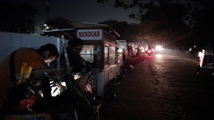 Lewat Pukul 20.00 WIB, Sejumlah PKL di Stadion Maulana Yusuf Serang Dibubarkan Petugas