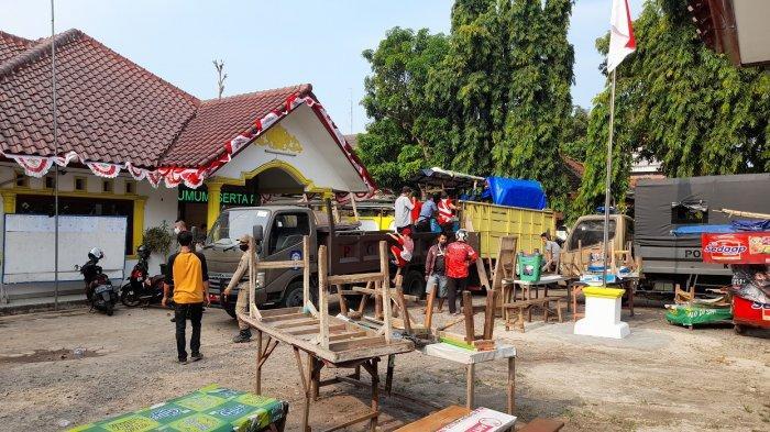 Sejumlah pedagang kaki lima (PKL) mendatangi kantor Satpol PP Kota Serang dan mengambil perlengkapan dagangan mereka, Rabu (11/8/2021).