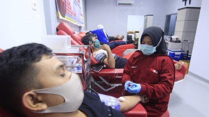 Petugas PMI Samarinda melayani warga yang mendonorkan darah melalui bakti sosial di gedung UDD Samarinda Jalan Palang Merah Nomor 1 Samarinda Ulu Kalimantan Timur, Kamis (7/5/2020).