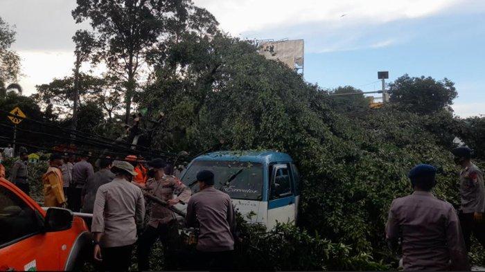 Pohon beringin tumbang dan menimpa mobil angkot di Alun-Alun Kota Serang saat hujan deras disertai angin kencang, Kamis (15/4/2021)