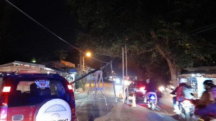 Sebuah Pohon Tumbang di Jalan Raya Pandeglang-Lebak, Seorang Pengendara Motor Terluka