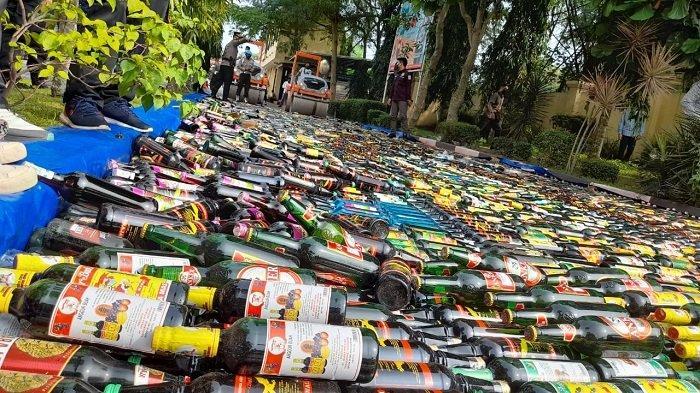 Polda Banten melakukan pemusnahan puluhan ribu botol minuman keras (miras) ilegal di halaman Mapolda Banten, Kota Serang, Rabu (5/5/2021).
