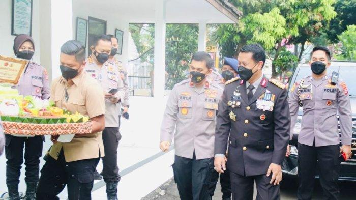 Rayakan HUT TNI ke-76, Kapolda Banten Beri Hadiah Tumpeng untuk Danrem 064/MY