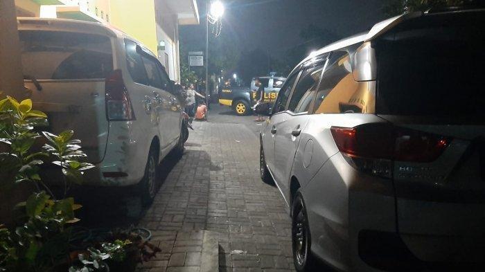 Polisi berjaga di lokasi penggeledahan Densus 88 di Dusun Gandu, Sendangtirto, Berbah, Kabupaten Sleman, Jumat (2/4/2021) malam.