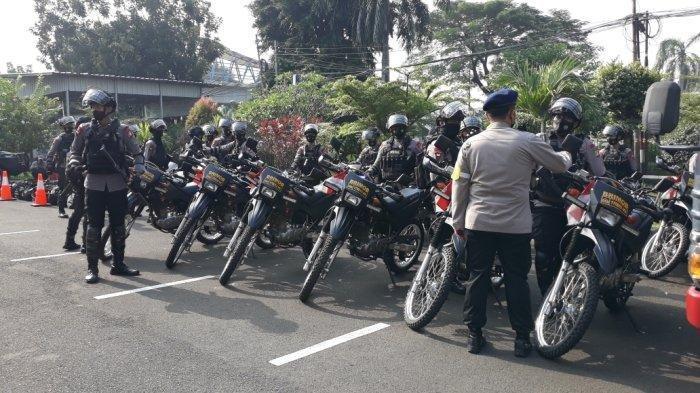 Personel Polri yang berjaga di sekitar Pengadilan Negeri Jakarta Timur, Selasa (16/3/2021), jelang sidang perdana pemimpin FPI Rizieq Shihab.