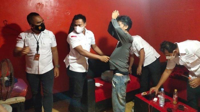 Tim dari Satresnarkoba Polres Metro Tangerang Kota menggerebek markas organisasi masyarakat (Ormas) Pemuda Pancasila (PP) di Kecamatan Cibodas, Kota Tangerang, Kamis (1/4/2021).