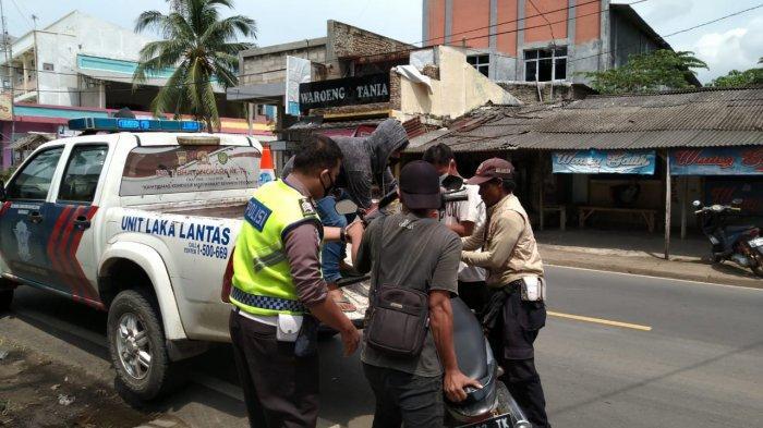 Polisi mengevakuasi sepeda motor korban kecelakaan di Jalan Raya Karang Bolong, depan Hotel Marbella Anyer, Kecamatan Anyer, Kabupaten Serang, Banten, pada Rabu (6/1/2021). Seorang Kepala Sekolah Tewas Terlindas Truk di Depan Hotel Marbella Anyer