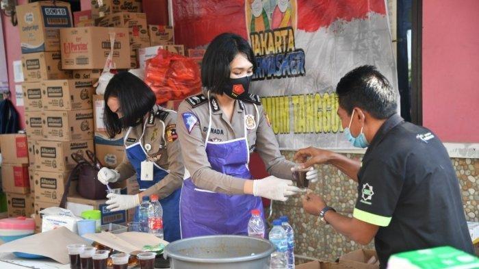 Polisi Wanita Korlantas Polri Sajikan Kopi bagi Para Relawan yang Membantu Korban Banjir