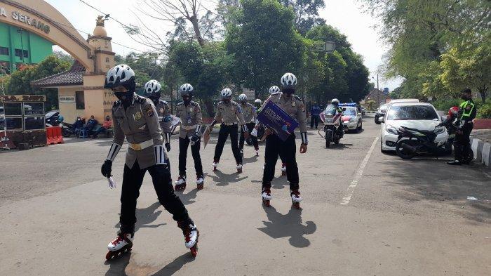KEREN! Polwan Polres Serang Kota Patroli Memakai Sepatu Roda, Patroli dan Bagikan Masker