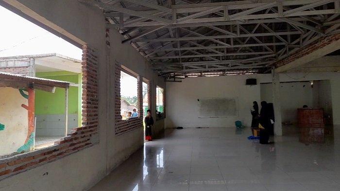 Pondok Pesantren Al-Aqso Tahfidzul di Jalan Tasikardi-Banten lama, Kampung Pegadingan, Kecamatan Kramatwatu, Kabupaten Serang. Di ponpes ini, seluruh biaya pendidikan hingga asrama adalah gratis.