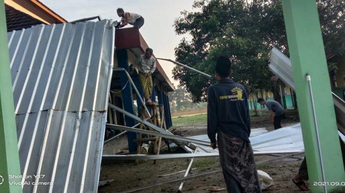 Diterjang Angin Kencang, Masjid dan Asrama Pondok Pesantren Nurul Huda di Cikeusal Runtuh