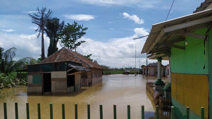 Banjir di Pondok Pesantren Al-Hidayah yang berada di RT 03/01 Kampung Tambak Kidul, Desa Tambak, Kecamatan Kibin, Kabupaten Serang, Rabu (9/12/2020).