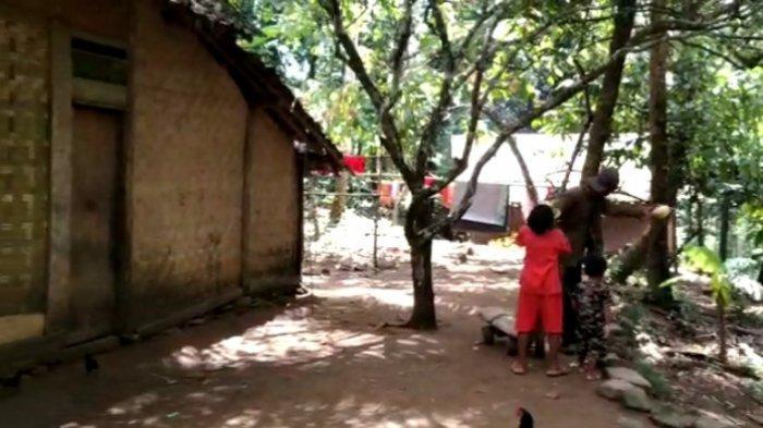 Potret keluarga miskin di Kabupaten Pandeglang - Rusdiansyah (45) bersama istri dan dua anaknya tinggal di sebuah gubuk di pedalaman hutan di Kampung Cimuncang, Desa Sudimanik, Kecamatan Cibaliung, Kabupaten Pandeglang, Sabtu (27/3/2021).