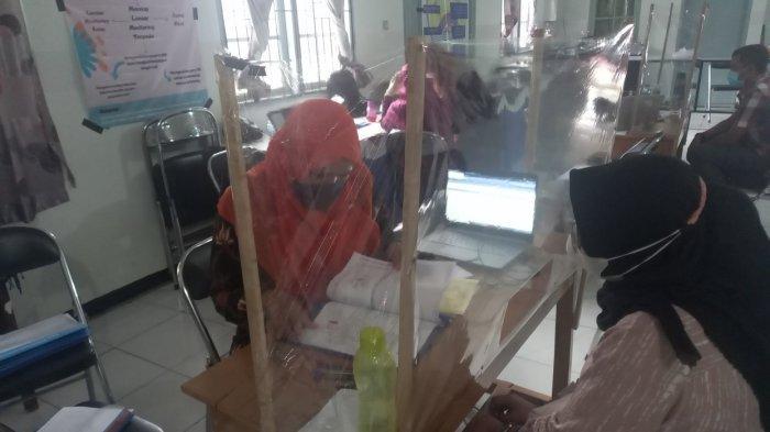 Orang tua siswa mendaftarkan anaknya secara offline di SMAN 1 Kota Cilegon, Rabu (23/6/2021). Pendaftaran luring karena server PPDB Banten masih terganggu.