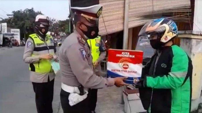 Satlantas Polres Cilegon Sebar Paket Bantuan PPKM Darurat Untuk Driver Ojol dan Pedagang