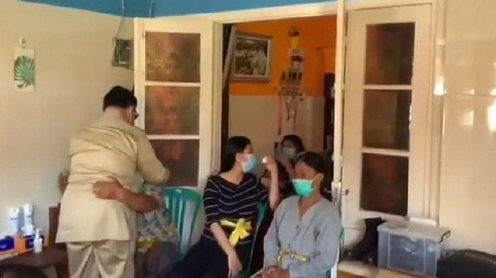 Momen Haru Prabowo Saat Kunjungi Keluarga Korban KRI Nanggala 402, Peluk Erat Anggota Keluarga