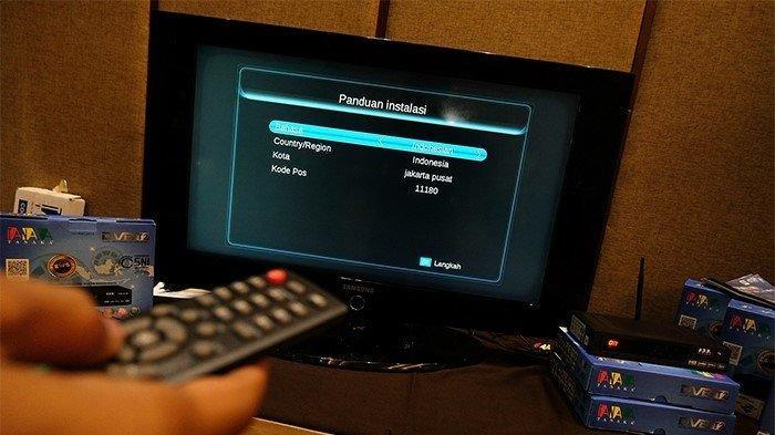 Proses pemasangan Set Top Box (STB) di Banten, Juni 2021. Dalam artikel terdapat cara beralih dari TV analog ke TV digital menggunakan set top box (STB)