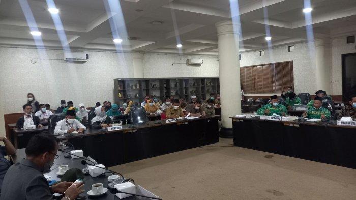 Rapat dengar pendapat (RDP) Komisi I, II, III dan IV dengan Kepala Dinas Pendidikan Kota Cilegon Ismatullah dan perwakilan forum guru honorer, FKGTH dan FKGMH, di kantor DPRD Kota Cilegon, Senin (23/8/2021).