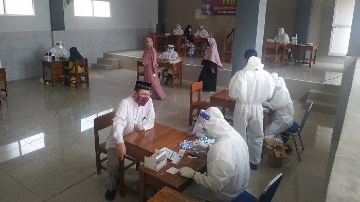 Petugas Dinas Kesehatan melakukan rapid test massa di Pondok Pesantren Yayasan Insan Pratama, Desa Prahu, Kecamatan Sukamulya, Kabupaten Tangerang. Sebelumnya beberapa santri pos