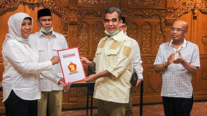 Ratu Ati Marliati dan Sekjen DPP Gerindra Ahmad Muzani saat penyerahan SK Penetapan Bacalon Wali Kota Cilegon