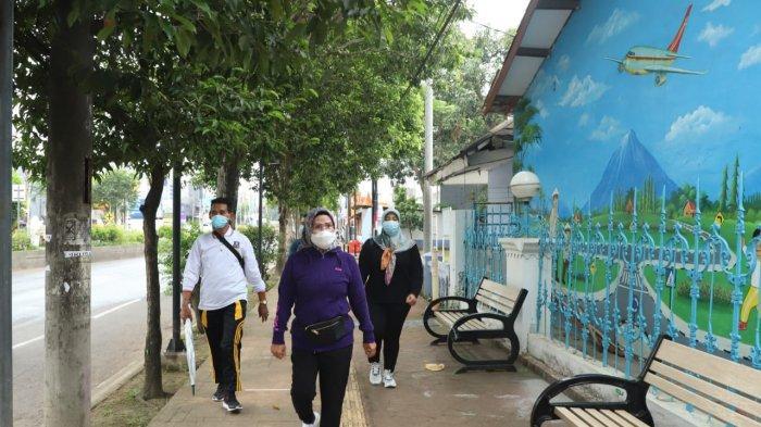 Sehari Setelah Vaksin Covid-19, Bupati Serang Ratu Tatu Jalan Kaki Sejauh 4,4 Kilometer ke Kantornya