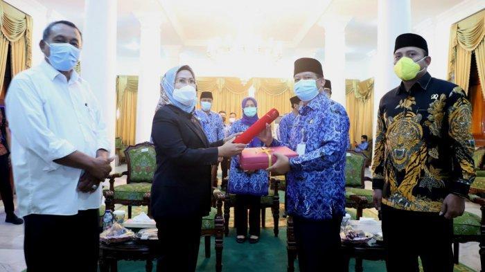 Ratu Tatu Chasanah bersama Pandji Tirtayasa mengakhiri masa jabatan sebagai Bupati Serang dan Wakil Bupati Serang periode 2016-2021 pada Rabu (17/2/2021). Plh Bupati Serang dijabat Sekretaris Daerah Tb Entus Mahmud Sahiri.