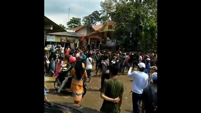Demo Pemandian Cikoromoy Ditutup, Bupati Pandeglang Salahkan Pedagang Tapi Siapkan Kompensasi