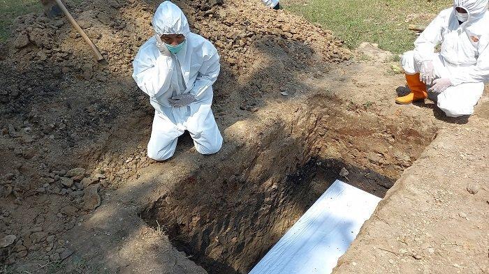 Relawan Mengetuk Pintu Langit Makamkan Lima Jenazah Covid-19 dalam Sehari Secara Gratis