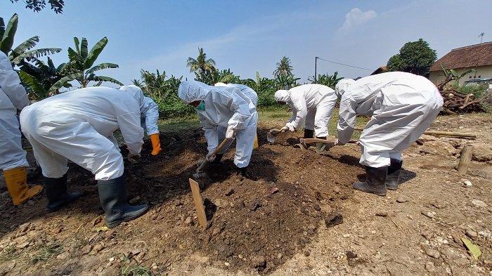 Sejumlah relawan tergabung dalam Relawan Mengetuk Pintu Langit (RMPL) memakamkan jenazah pasien Covid-19 di Kota Cilegon, Sabtu (17/7/2021).