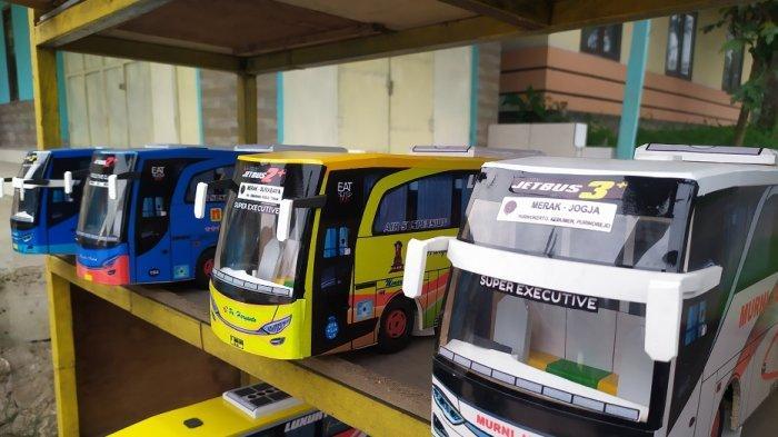 Sejumlah replika bus pariwisata berjejer rapi di atas rak kayu berwarna kuning dijual di pinggir Jalan Serang-Pandeglang Km 09, Kota Serang, Kamis (21/1/2021).