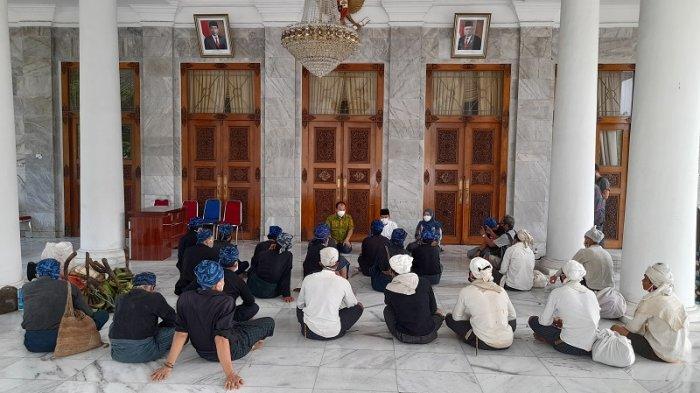 Datangi Pendopo Bupati Serang, Tokoh Adat Minta Pemerintah Jaga Kearifan Lokal Masyarakat Suku Baduy