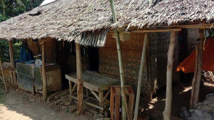 Kisah Keluarga di Pandeglang Hidup di Rumah Gubuk yang Hampir Roboh, Dinding Lapuk dan Atap Bocor