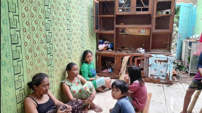 Angin Kencang Tengah Malam, Rumah Warga Kota Serang Rusak Berat Tertimpa Pohon Durian Tumbang