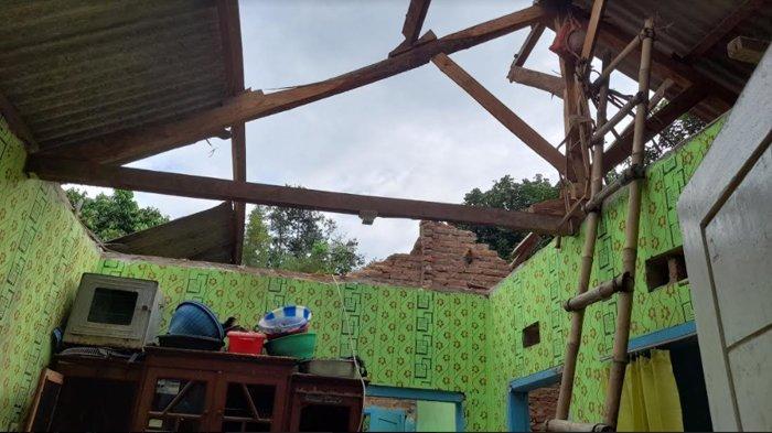 rumah warga warga Kampung Celincing Pasir Kali Rt 01/06 Kelurahan Tembong, Kecamatan Cipocok Jaya, Kota Serang, Banten rusak berat tertimpa pohon