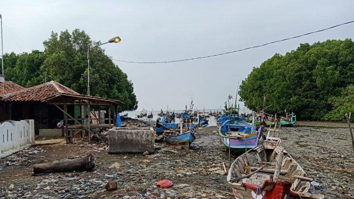 Kondisi rumah keluarga Apipi dan istri, Asmawati di tepi laut, Kampung Sawah, Desa Lontar, Kecamatan Tirtayasa, Kabupaten Serang, Banten.
