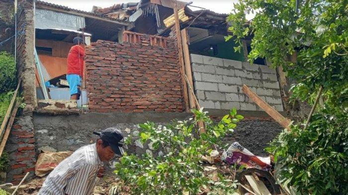 Terkena Longsor, Warga Kota Serang Keluarkan Uang Sendiri Untuk Renovasi Rumah