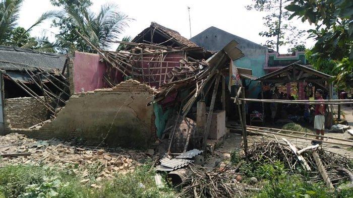Rumah di Cikeusal Kabupaten Serang Roboh Setelah Sering Terkena Banjir