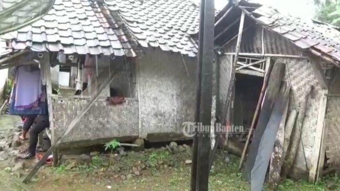 Rumah pelajar bernama Siti Nuraida (16) di Desa Cimanggu, Kecamatan Sumur, Kabupaten Pandeglang, Rabu (7/4/2021), tampak reyot dan lapuk. Aida sejak usia tiga tahun sudah ditinggal ibundanya yang meninggal dunia dan ayahnya yang menikah lagi.  (Tangkap layar video)
